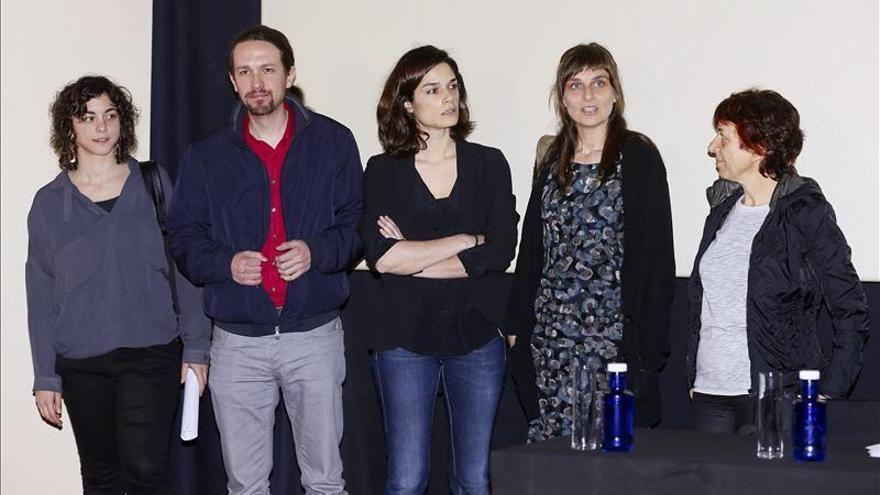 Pablo Iglesias y varias feministas durante la presentación de un programa para el reparto de los cuidados.