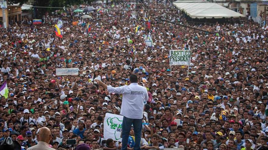 Sopas, medicinas y fe en el cierre de campaña del candidato venezolano Bertucci