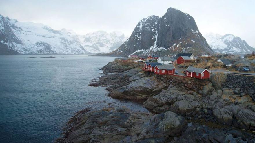 Los rorbuer, cabañas de madera y chapa pintadas de colores chillones, son las construcciones tradicionales de Lofoten. EFE