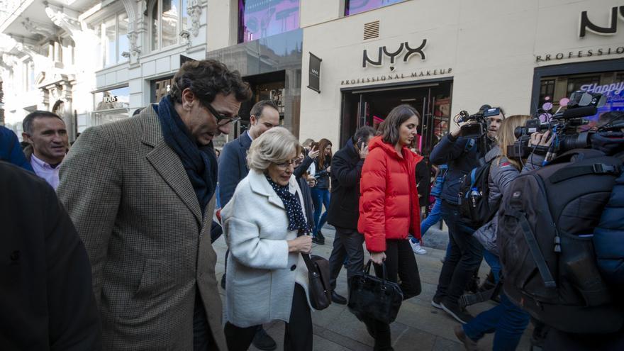 Manuela Carmena pasea por la nueva Gran Vía en el primer día de la aplicación de Madrid Central