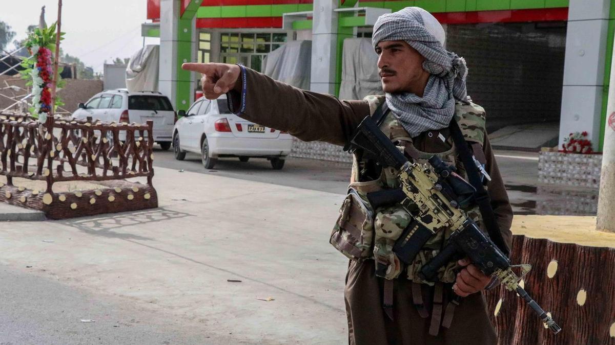 Un combatiente talibán en un control en Kandahar (Afganistán)