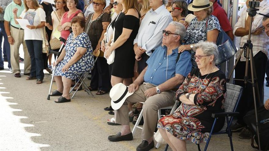 Familiares de las víctimas durante el homenaje en el Parque Juan Carlos I de Madrid. EFE/Paco Campos