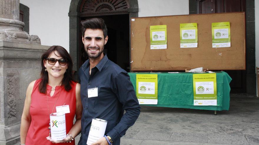Dos voluntarios de AFA, este viernes, en la mesa informativa instalada en atrio del Ayuntamiento capitalino.