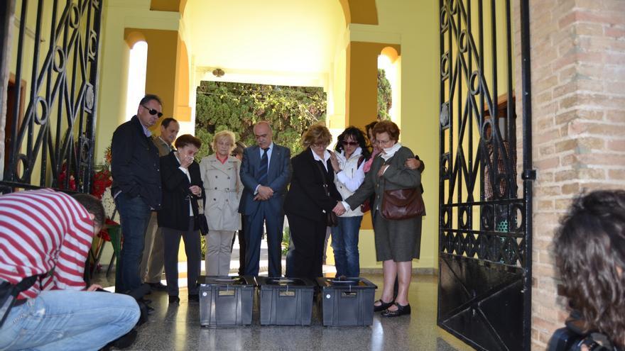 Momento de la recogida de los restos de los republicanos exhumados por parte de sus descendientes en el cementerio de Paterna