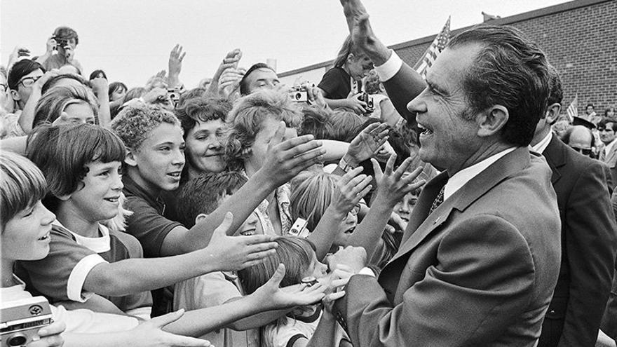 Nixon saluda a las personas que se reunieron para la ceremonia por la que un instituto de Michigan recibió el nombre de Eisenhower en 1972.