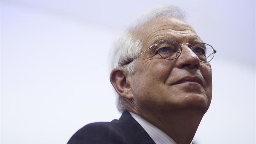 """Borrell anuncia su aval a Pedro Sánchez, convencido de que """"puede ganar"""""""