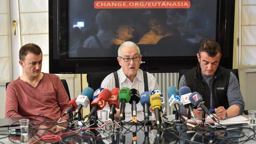El viudo y dos de los hijos de Maribel Tellaetxe, durante una rueda de prensa.