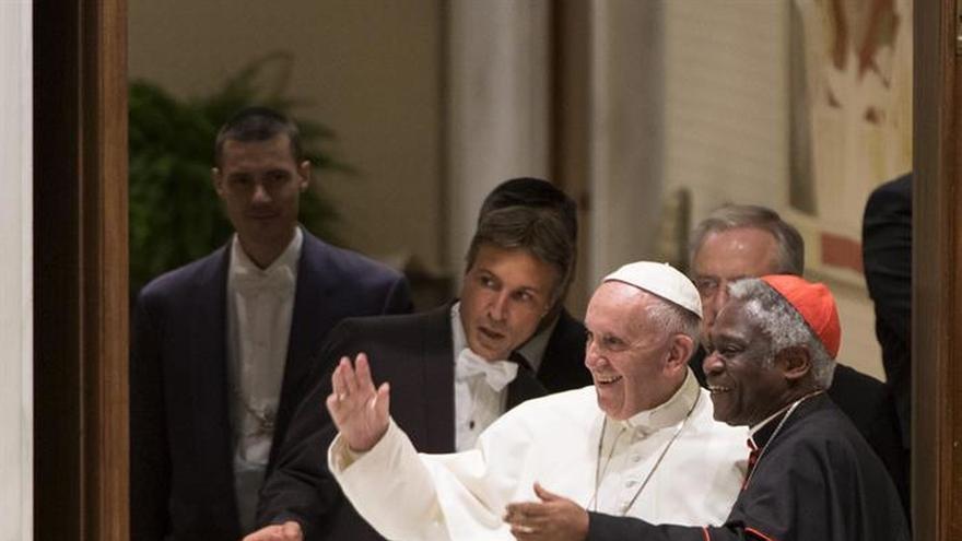 """El papa critica al """"ídolo-dinero"""" y que se priorice frente a los refugiados"""