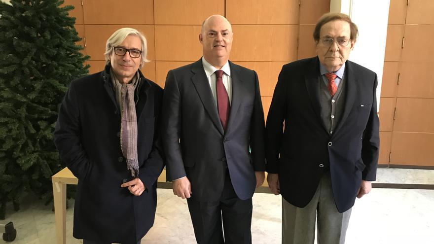 """Ramiro Aurín, Alberto de Rosa, director general de Ribera Salud, y Ramón Tamames, en la presentación de """"La gobernanza de la salud pública""""."""