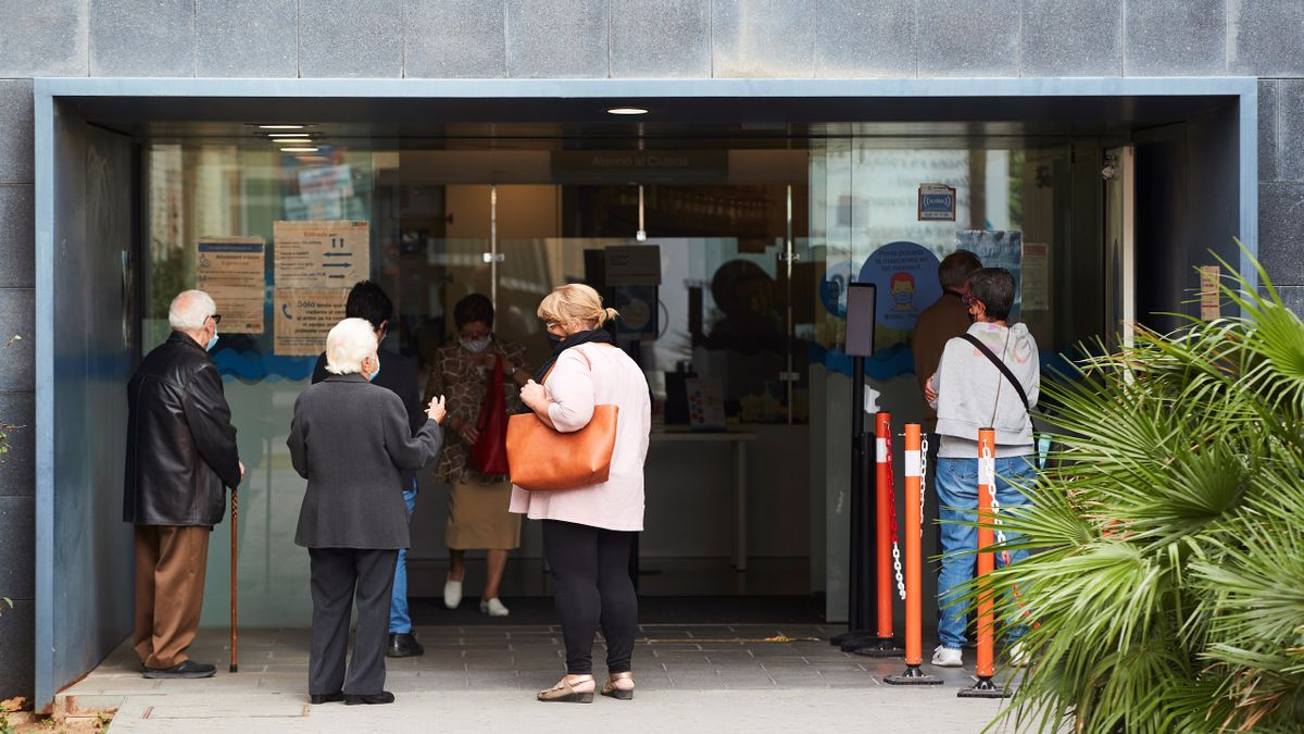 Aspecto de la entrada del CAP Progrés Raval de Badalona (Barcelona) este martes. EFE/Alejandro García.
