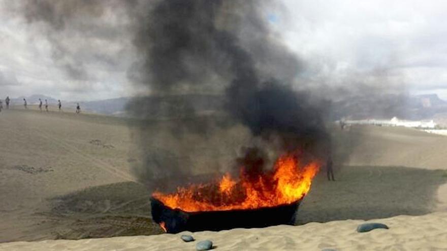 Patera en la que llegaron los inmigrantes este miércoles a Playa del Inglés siendo incinerada en la misma playa.