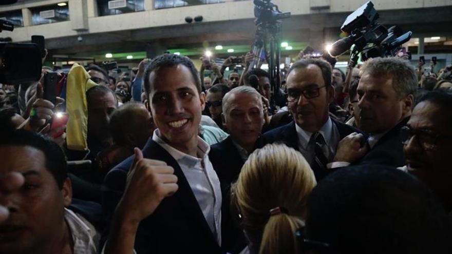 Guaidó llega al aeropuerto internacional de Caracas y es recibido por una multitud