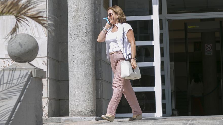 La interventora del Cabildo de Fuerteventura, María Dolores Miranda, a la salida del Juzgado de Puerto del Rosario.
