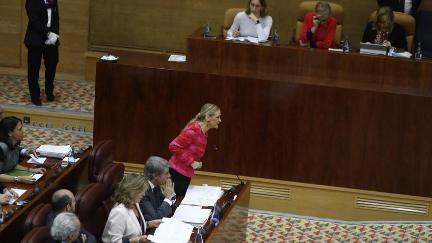 """Cifuentes insiste en que no """"cometió ilegalidad"""" y subraya que el próximo candidato de Podemos cobró una """"beca black"""""""