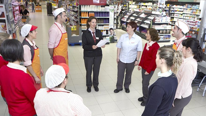 Un grupo de empleados en un supermercado Consum.