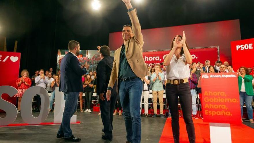 El secretario general del PSOE y presidente del Gobierno en funciones, Pedro Sánchez (2d), junto al líder de los socialistas extremeños, Guillermo Fernández Vara (2i), participa este jueves en Cáceres en un acto político de su partido enmarcado en la precampaña electoral.