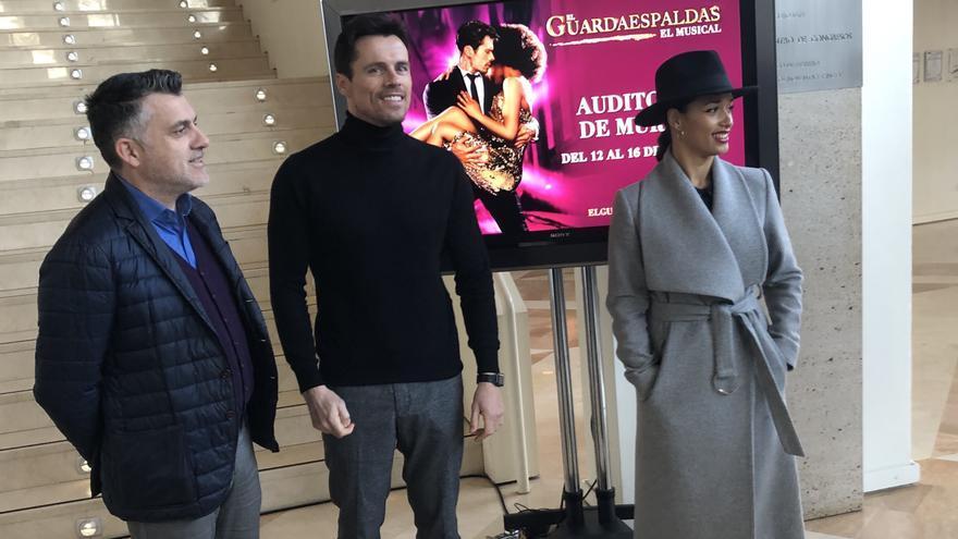 Juan Antonio Lorca, director general del Instituto de las Industrias Culturales y las Artes,  junto a dos de los protagonistas del musical 'El guardaespaldas', Octavi Pujades y Chanel Terrero