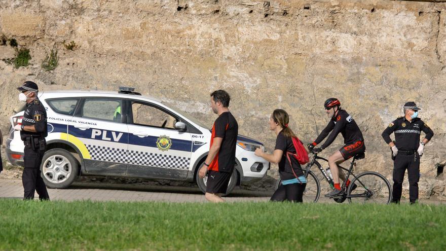 Agentes de la Policía Local de València en el jardín del Túria
