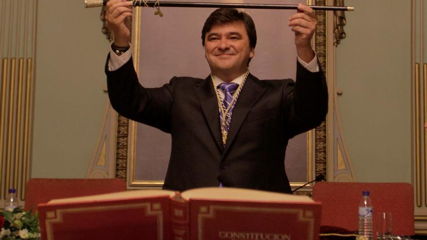 El nuevo alcalde de Huelva, ya con la vara de mando tras ser nombrado oficialmente.