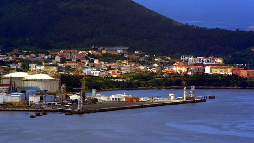 La planta de Reganosa a unos pocos metros de las viviendas de Mugardos, en el interior de la ría de Ferrol