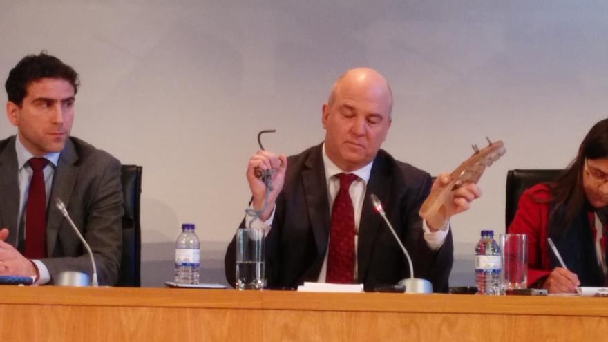 """El comisario de Derechos Humanos del Consejo de Europa muestra algunos de los instrumentos que los inmigrantes utilizan para trepar la valla de Melilla, y que """"no son armas"""", enfatiza./ eldiario.es"""