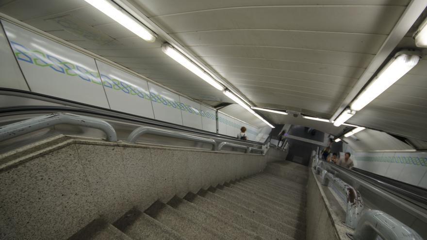 Las escaleras de la estación de Gran Vía no permiten el acceso para personas con movilidad reducida