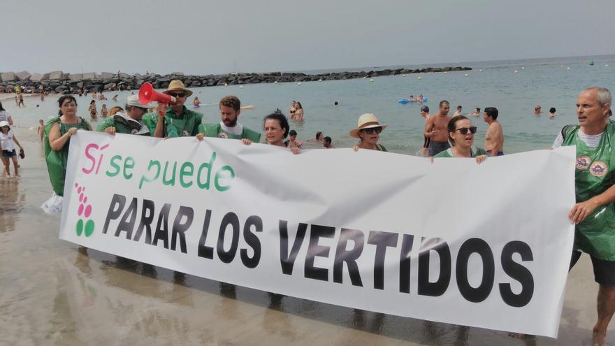 La pancarta principal, desplegada en la orilla de la playa de Las Vistas, este domingo