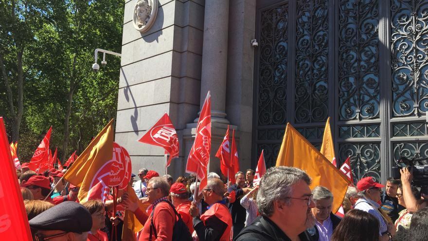 Pensionistas y representantes sindicales manifestándose en el Banco de España
