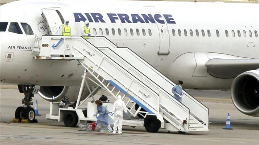 Los pasajeros abandonan el avión con alerta sanitaria en Barajas