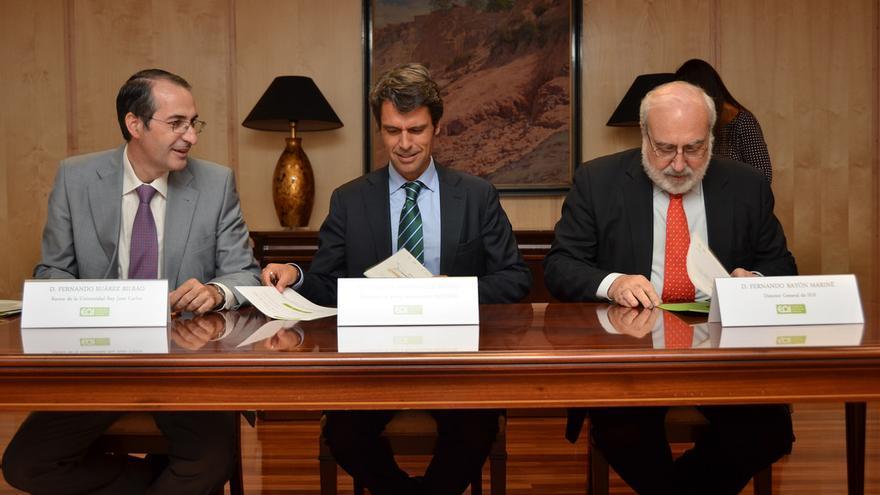 El rector Fernando Suárez (izda), en una firma