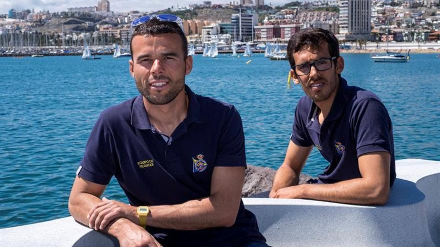 Los regatistas canarios Onán Barreiros (i) y Juan Curbelo (d), tripulación del Real Club Náutico de Gran Canaria de la clase 470. EFE/Ángel Medina G.