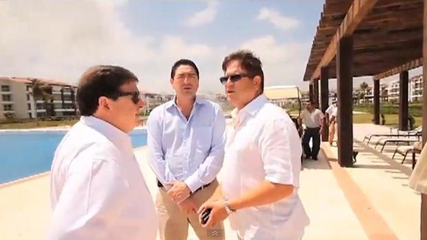 Momento del vídeo que muestra a José Luis Olivas y Jordi Mercadé visitando las instalaciones turísticas construidas en Quintana Roo financiadas por Bancaja y Banco de Valencia, que quebraron pocos años después.