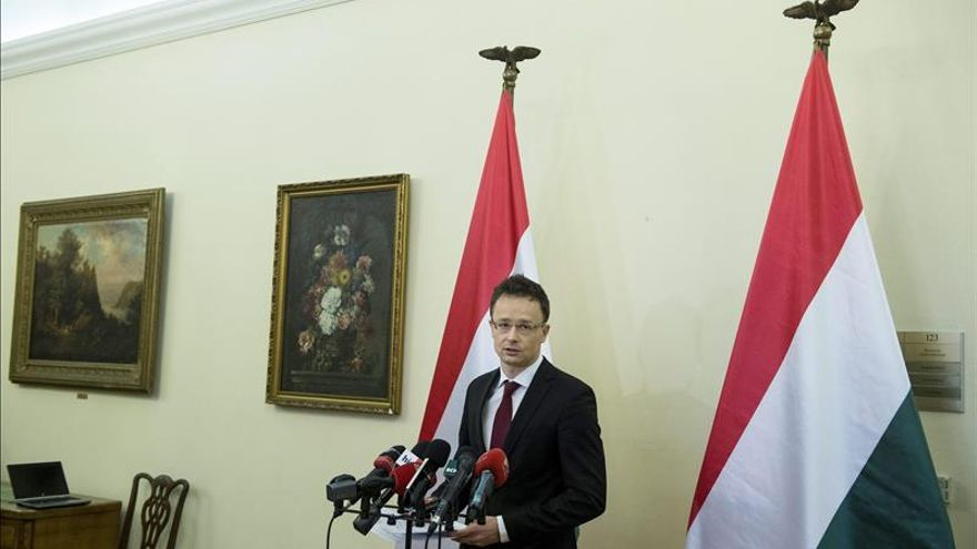 Hungría dice que construirá una valla con Serbia para frenar la inmigración
