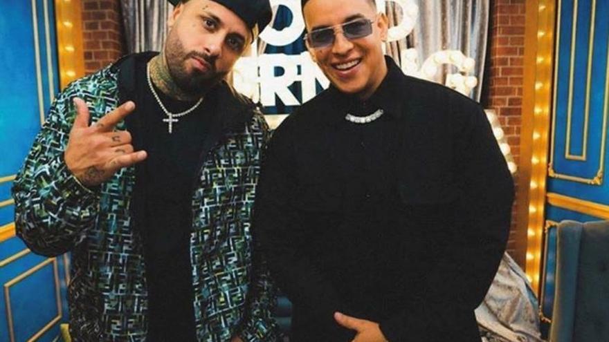 """Daddy Yankee y Nicky Jam cantan en Times Square su nuevo éxito """"Muévelo"""""""