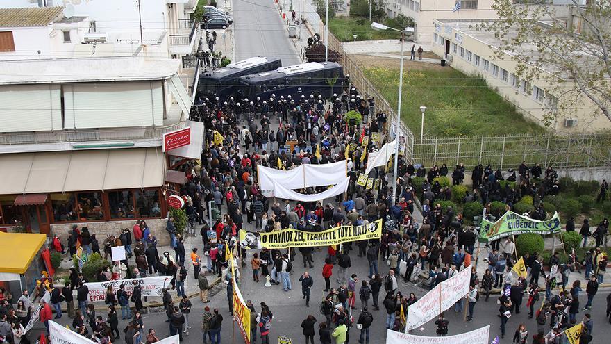 Dos autobuses de la policía bloqueaban el paso de los manifestantes antes de llegar a la prisión. Foto: Aitor Sáez