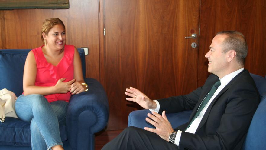 Isabel Mena junto al alcalde de Las Palmas de Gran Canaria, Augusto Hidalgo (GOBIERNO DE CANARIAS)