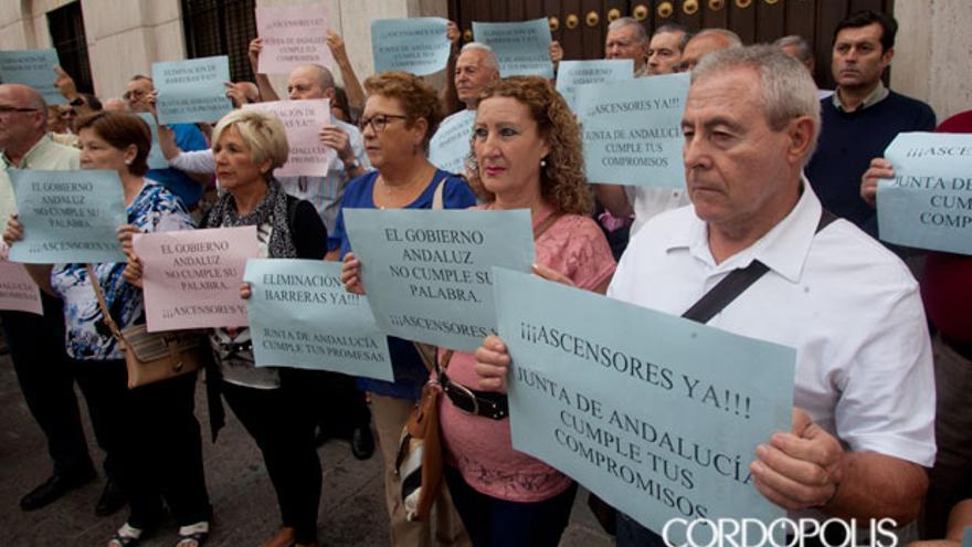 Un grupo de vecinos ante la sede de la Junta protesta por la falta de ayudas para los ascensores | MADERO CUBERO