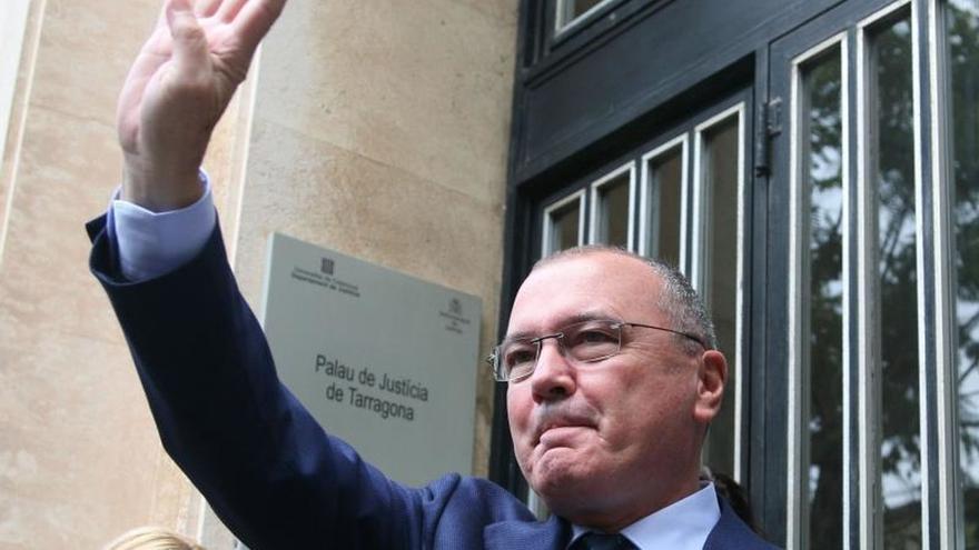 Cs retira una pancarta a favor de los presos en el Ayuntamiento de Reus pese a la oposición del alcalde