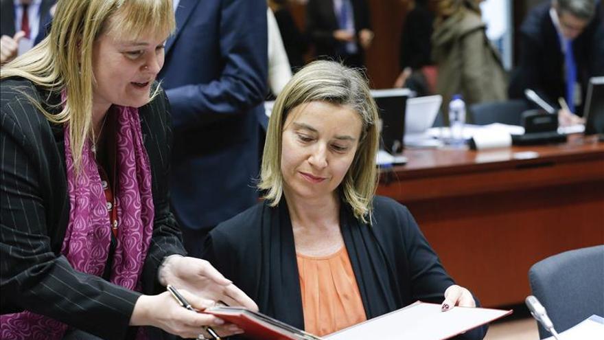 """Mogherini espera """"abordar las raíces"""" del drama migratorio con Ban Ki-moon"""