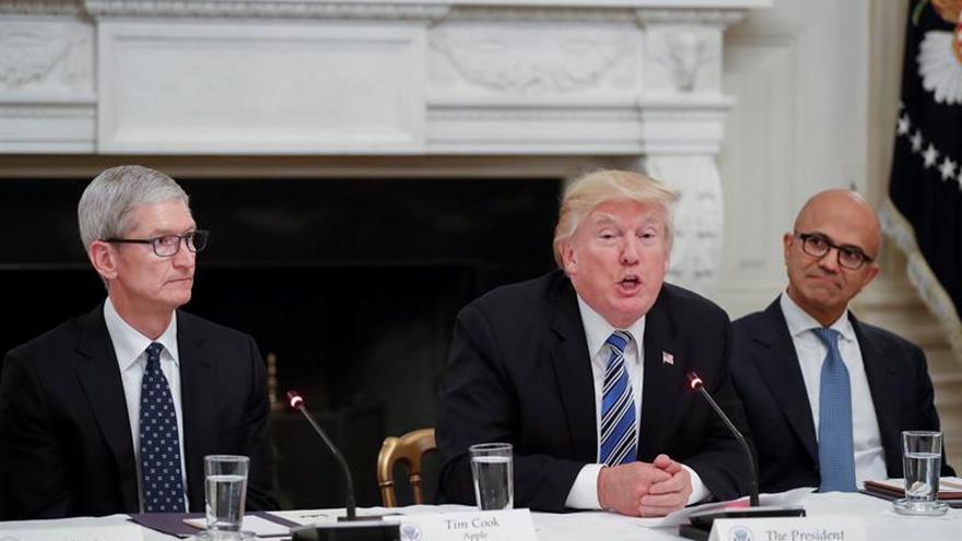 """Trump critica la """"anticuada tecnología"""" federal en una reunión con Silicon Valley"""