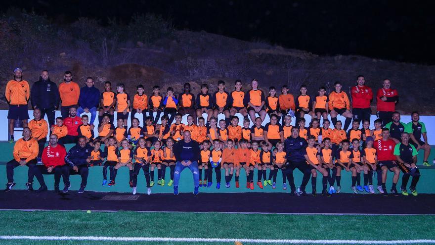 Foto de familia de la actividad de +Base con el CD Aldea Blanca.