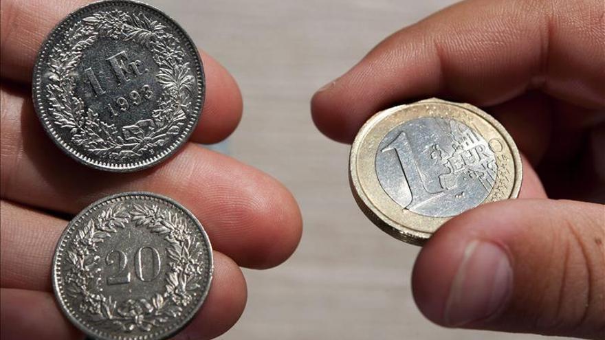 El euro baja ligeramente hasta los 1,0938 dólares