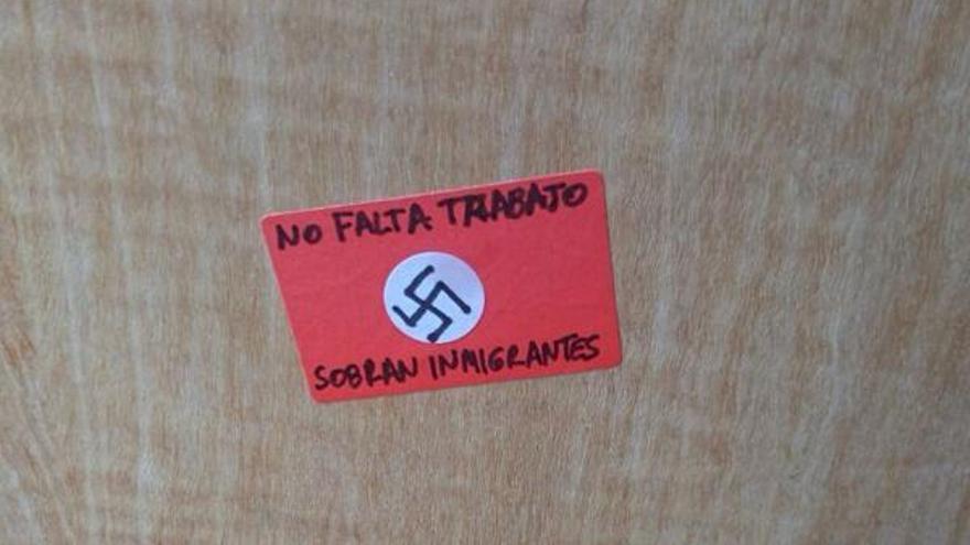 Uno de los carteles con la esvástica que aparecieron en la fachada de la asociación Afro.