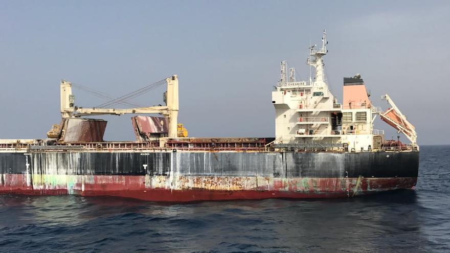Fotografía facilitada por la empresa Bibby Line Limited, propietaria del carguero británico incendiado al suroeste de Canarias.