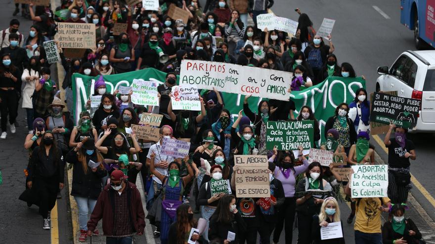 Nutrida marcha de pañuelos feministas recorre Quito por un aborto legal y seguro
