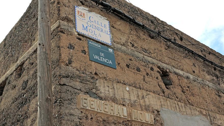 Placa de la Calle General Mola junto a su nuevo nombre, Calle Valencia