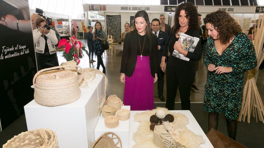 La consejera de Turismo, Industria y Comercio del Gobierno de Canarias, Yaiza Castilla (i) ha inaugurado este miércoles  en Tenerife la Feria de Artesanía de Canarias.
