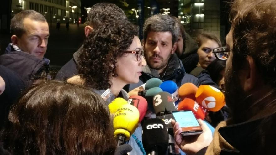 """Rovira, tras verse con Puigdemont en Bruselas, afirma que PDeCAT y ERC harán """"frente común"""" para el 21D"""