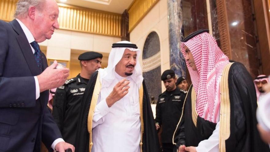 El rey Juan Carlos conversa con el rey de Arabia Saudí Salman bin Abdulaziz
