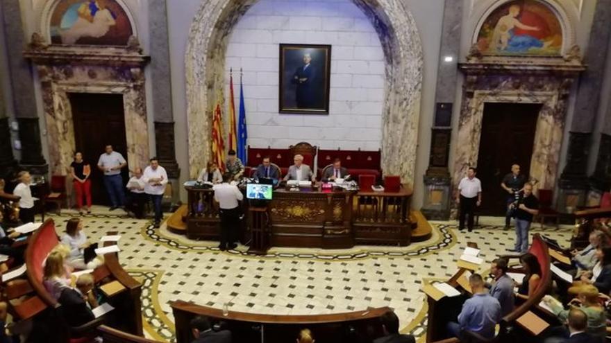 El pleno del Ayuntamiento, con la pantalla de a través de la cual ha participado el concejal de Vox, Vicente Montañez, vía Skype